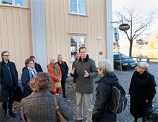 Olle Nilsson leder en stadsvandring med lärare